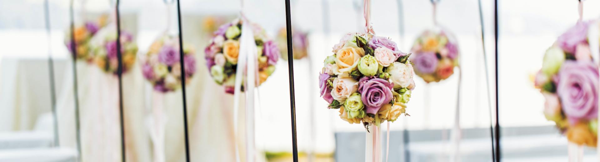 Hochzeitszeremonie im Schloss-Park im Swiss-Chalet Merlischachen mit Blumenkugeln-Dekoration