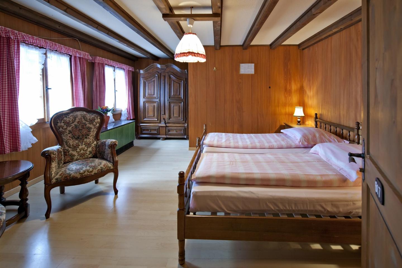 Doppelzimmer Standard im Chalet-Hotel im Swiss-Chalet Merlischachen Sicht von der Tür aus