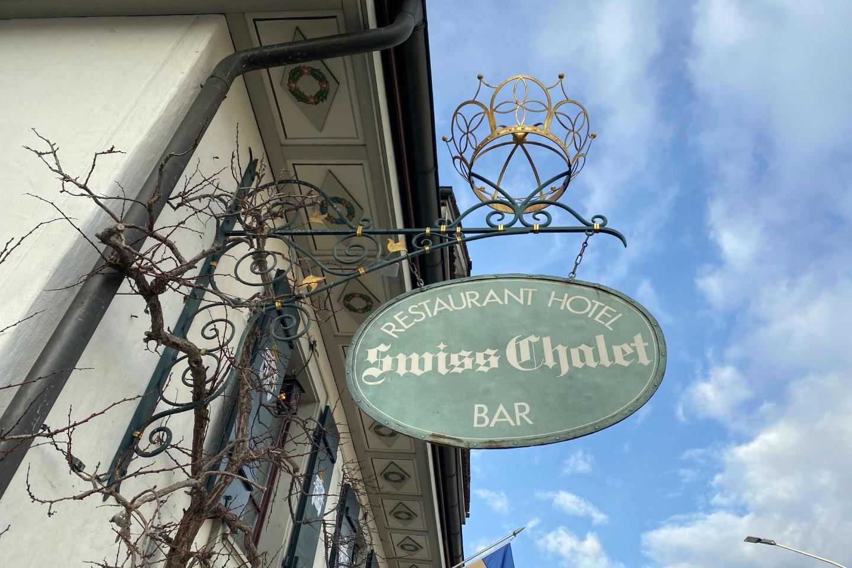 Schildansicht Swiss-Chalet an der Astrid-Hall im Swiss-Chalet Merlischachen