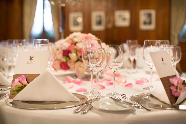 Hochzeit mit Tischdekoration für das Hochzeitsessen in der Astrid-Hall im Swiss-Chalet Merlischachen