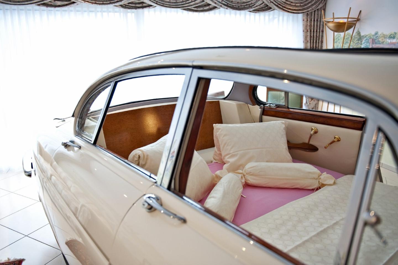 Ansicht Bett im Oldtimer Jaguar in der Jaguar-Suite im Swiss-Chalet Merlischachen Schlosshotel