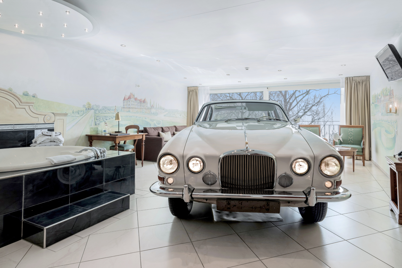 Jaguar-Suite Fronantsicht Jaguar Oldtimer im Swiss-Chalet Merlischachen Schloss-Hotel