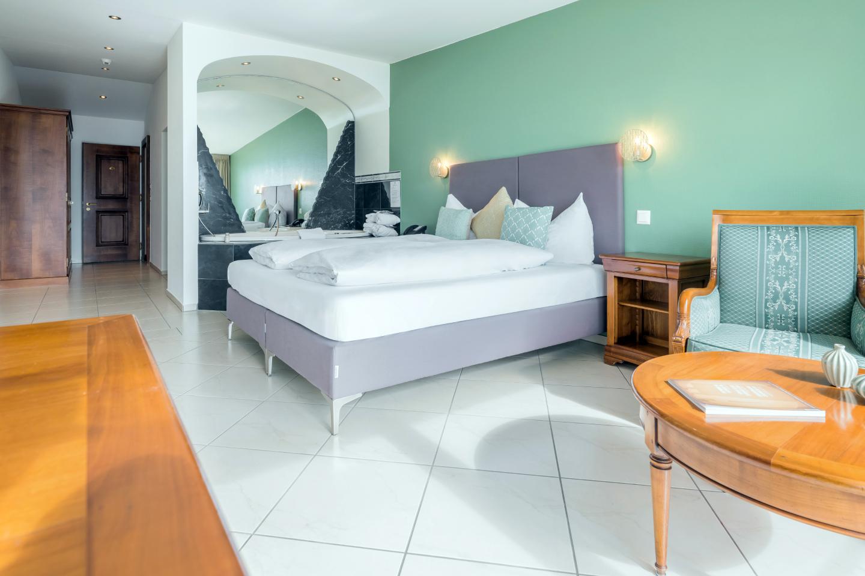 Junior-Suite im Schloss-Hotel Swiss-Chalet Merlischachen Sicht vom Fenster aus