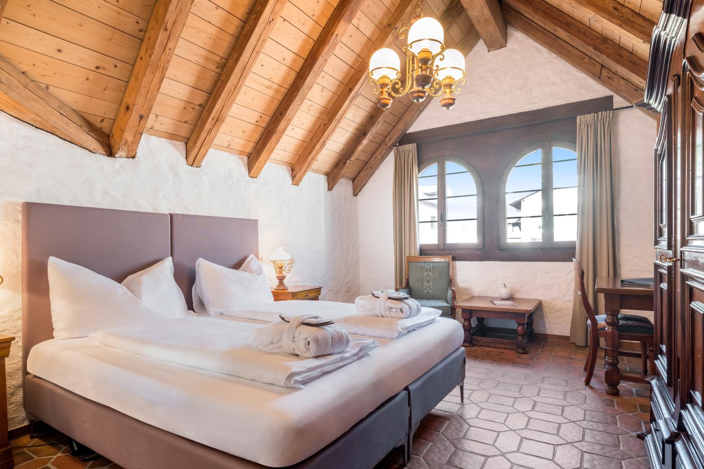 Swiss-Chalet Merlischachen Nordzimmer Sicht von der Türe aus