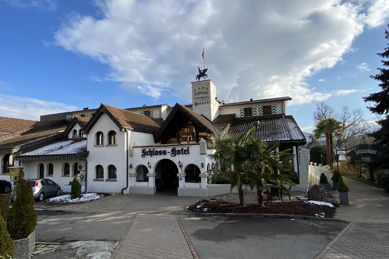 Schloss-Hotel im Winter 2021 mit blauem Himmel und ohne Schnee