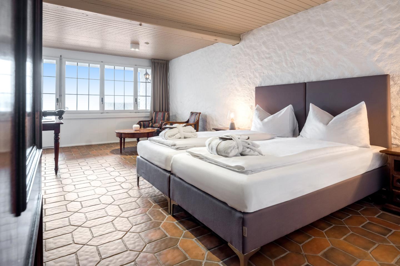 Seezimmer im Swiss-Chalet Merlischachen Sicht von der Türe aus ins Zimmer