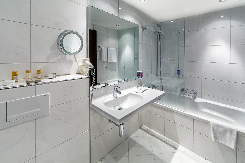 Swiss-Chalet Merlischachen Badezimmer in einem Seezimmer im Schloss-Hotel mit Badewanne im Seezimmer