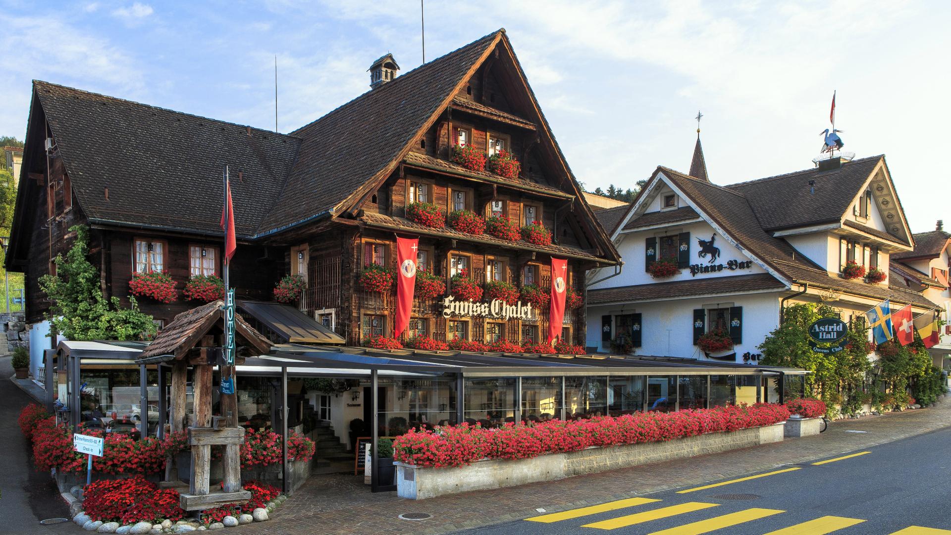 Chalet-Hotel Lodge im Swiss-Chalet Merlischachen Ansicht von der anderen Strassenseite morgens