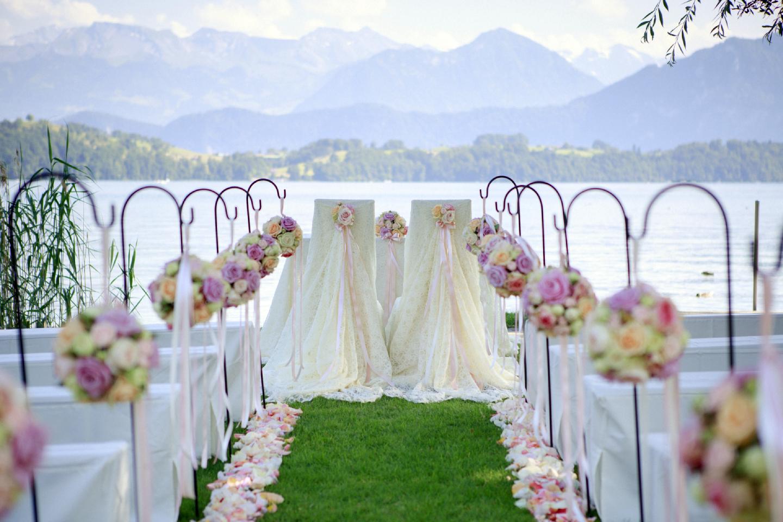 Hochzeit im Schloss-Park dekoriert für Hochzeitszeremonie mit Blumenkugeln im Swiss-Chalet Merlischachen