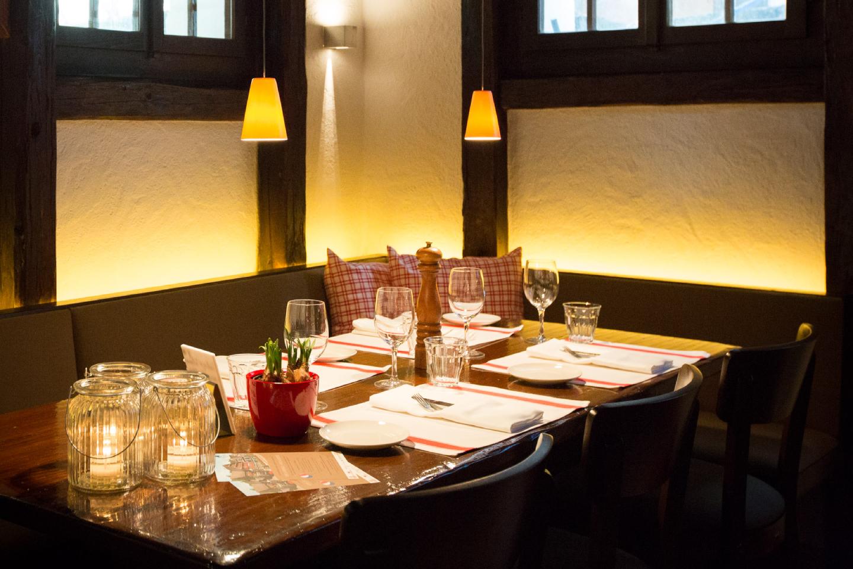 Ecktisch für vier Personen im Restaurant Swiss-Chalet